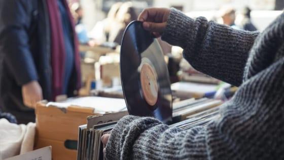 レコードを手にする写真