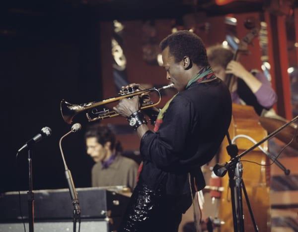演奏中のマイルス・デイビスの画像