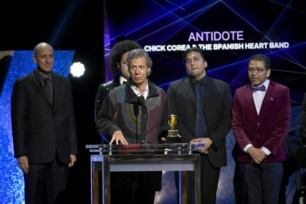 第62回グラミー賞でステージに立つチック・コリアの画像